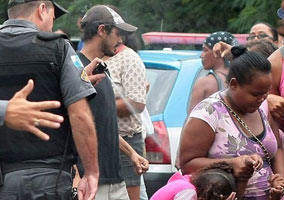 Police Officer Pepper Spray Women and Children